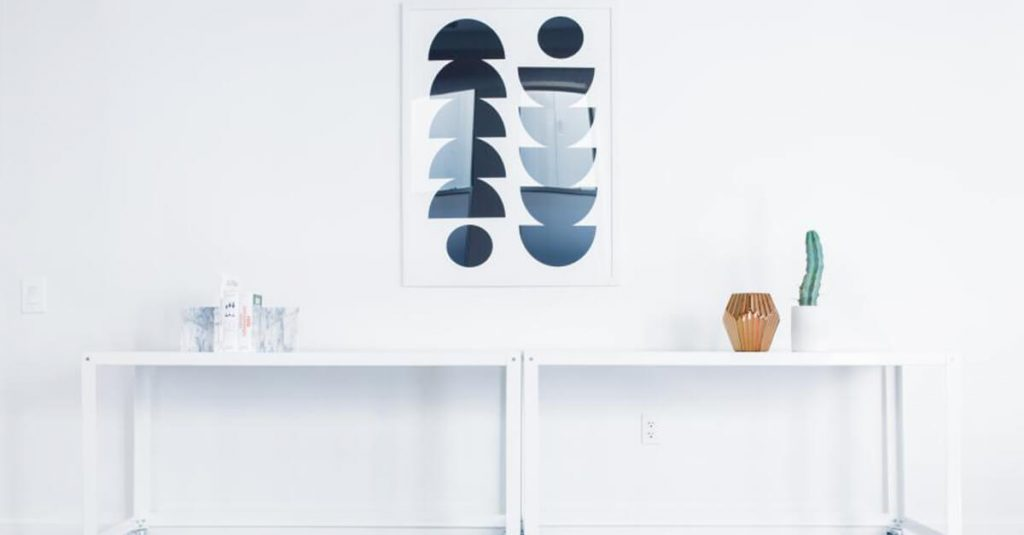A white minimal interior as a metaphor for a minimal strategy